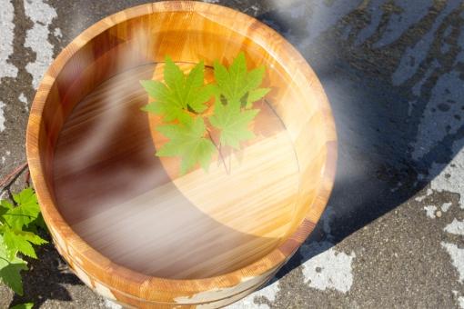 湯気 温泉 お湯 お風呂 桶 ヤマモミジ もみじ 癒し のんびり 健康 美容 行楽