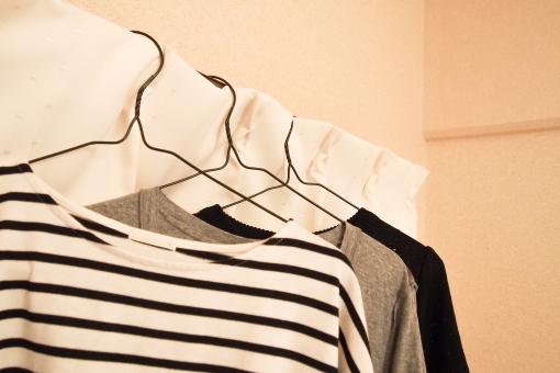ハンガー 衣服 服 アパレル 部屋干し 一人暮らし カーテンレール ボーダー シャツ ライン 白い 黒 掛ける tシャツ インテリア ファッション 3着 atohs 衣装 洗濯 雨 梅雨