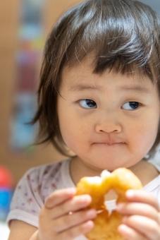 人物 日本人 スマイル にこやか 部屋 屋内 室内 ポートレート お菓子 ドーナツ 食べ物 食事 おやつ 上半身 明るい かわいい 子供 男の子 家 女の子 幼児 こども 子ども 食べる 微笑む 子育て 可愛い 赤ちゃん 人間 デザート 顔 スイーツ 育児 ピュア 幸せ アジア人 微笑み 美味しい 肖像 純粋 ドーナッツ 食す 2歳 純真 無垢 1歳 パクパク 人物写真 ムシャムシャ 日本のこども