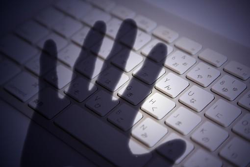 人 手 影 シルエット 手のひら 掌 パソコン PC キーボード アップ 犯罪 ハッキング ハッカー 盗む パスワード 個人情報 漏えい 流出 データ 犯罪 インターネット ビジネス プライベート セキュリティ フィッシング 保護 守る 安全対策 ネット犯罪  プライバシー