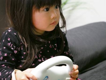 子ども 子供 育児 しつけ 室内遊び 幼児 女児 少女 日本人 テレビゲーム wii レース 日本人 japanese kids girl play game 女の子 夢中