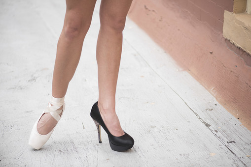 外国人 女性 おんな レディ 大人 ハイヒール 黒靴 トウシューズ 白靴 モデル ポーズ 立つ たたずむ つま先立ち 足元 不揃い 膝 足首 ひざ下 両足 脚線 立位 屋外 野外 バルコニー 床 日中 日光