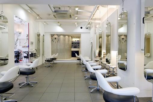 屋内 室内 店内 お店 店舗  美容室 美容院 ヘアサロン 無人 内装  明るい 白 イス 椅子 いす  鏡 ミラー 照明 おしゃれ オシャレ  美容 モダン シンプル スタイリッシュ インテリア